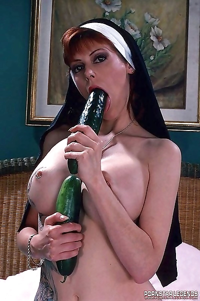 Viper double fucks her holes with cucumbers - part 905
